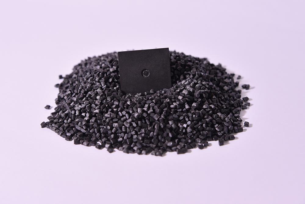 PEEK, 30% Fibra Carbonio (Termoplastico).</br>Consumo medio annuo: 10 t